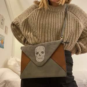 Liten men rymlig väska i gott skick. Kan användas på ett flertal sätt och är supercool. 50kr+frakt. 🤎🤍🖤Fler bilder kan fixas.