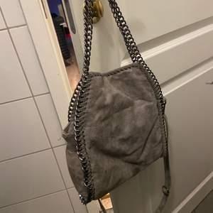 Fake Stella McCartney väska, mellan modellen🌟 ljusgrå färg med axelband 🌟 om fler intresserade får man buda