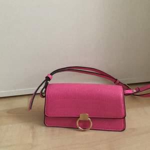 Liten rosa väska från Hm, har klippt av bandet så den sitter som en baguette väska💓