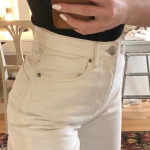 Vita jeans med beiga sömmar. Strl 34 men insydd i midjan så mer som en 32. Fyra stycken minimala fläckar på höger baksida-lår, syns på sista bilden.❤️