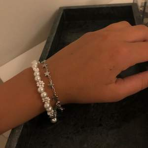Blomarmband och stjärnarmband (det finns även i guld) - kostar 80kr/st (inkl frakt). Kolla in min instagram för mer smycken @alvas.z 🤍🤍