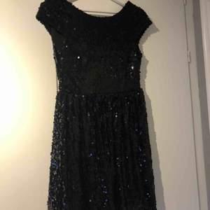 Superfin paljettklänning köpt på Nelly, storlek 36. Öppen rygg med dragkedja. Passar perfekt till nyår och fest.  🎊. Använd tre gånger, säljer pga ingen användning för den🌱