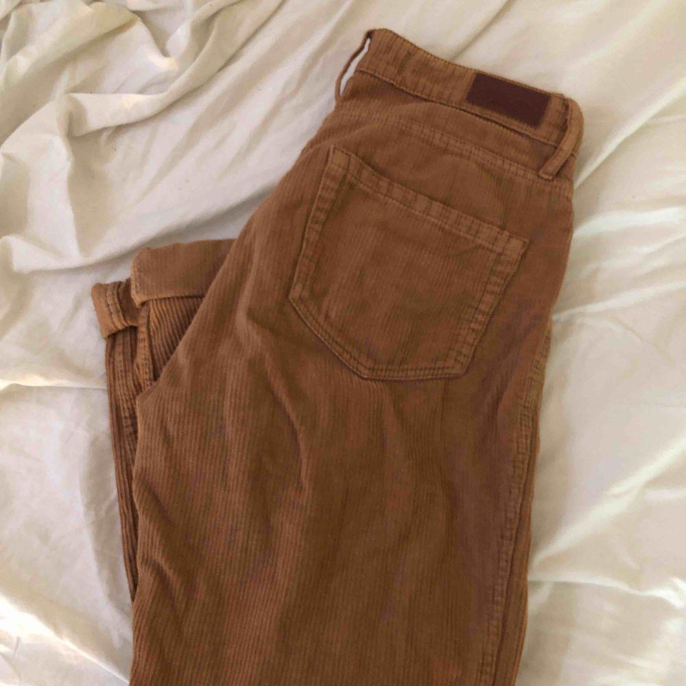 fett snygga manchesterbyxor från HOLLISTER. sparsamt använda  💖💞🥰🤯💕👏🏼🙏🏽💖. Jeans & Byxor.