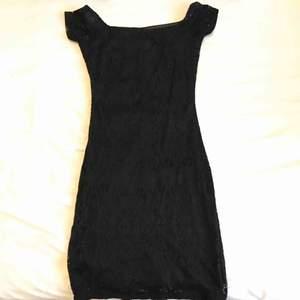 Superfin figurnära svart kortklänning slutar några cm ovan knäna. Material av bra kvalité. Bekväm och lätt att ta på.
