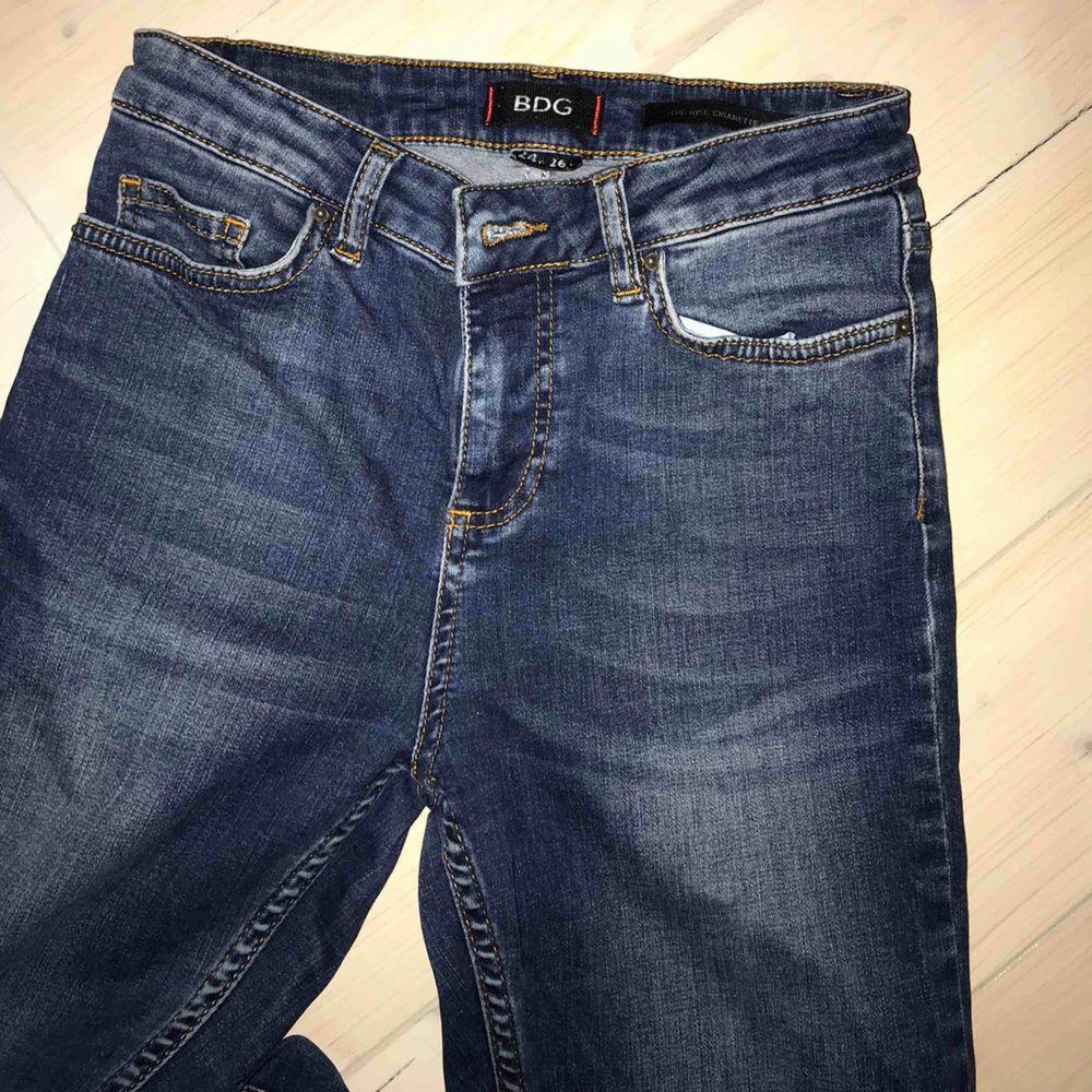Sköna och snygga smala jeans från Urban outfitters! I medelblå tvätt och slim fit. Höga i midjan och sitter riktigt snyggt efter kroppen pga det mjuka materialet. De är har en croppad modell. Storlek 24 i midjan. . Jeans & Byxor.
