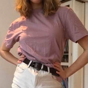 Lila/rosa T-shirt. Från ASOS. Väldigt skön!  Frakt: 42kr. Storlek M men lite oversize feeling. Jag har storlek M och den sitter löst på mig.