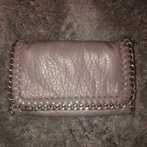 Säljer min super fina Tiamo väska som jag köpte för 450kr. Säljer den pga av att jag inte använder den längre.🤩 Väska är dock missfärgad på dragkedjan men inget som syns när man använder den. Har även inte kvar kedjan. Priset kan förhandlas.💫💫