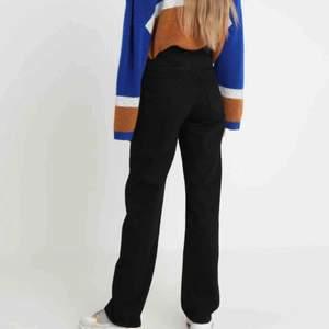 Svarta jeans från Weekday i modellen Voyage. Storleken är 27/28 och jeansen är i mycket fint skick! Köparen står för frakten och fler bilder kan skickas på förfrågan :)