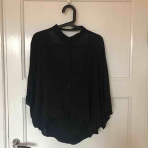 Svart skjorta i oversize med hål i ryggen