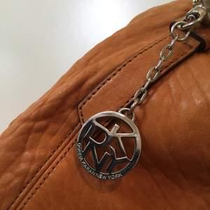 Tanfärgad axelbandsväska från DKNY, använd men fortfarande snygg! ✨👜