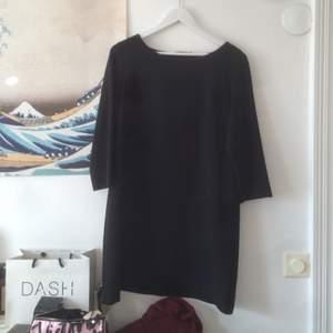 Svart enkel klänning från Åhléns. Storlek 42 men går att ha vilken storlek man än är beroende på hur man vill ha den!