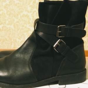 Läder Boots från Top Shop. Fel storlek, därav säljer jag dessa. Använda ett fåtal gånger. NYTTPRIS 949 kr. Säljs för 400 kr.