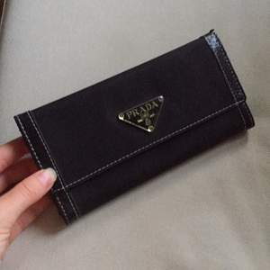 Plånbok Prada. Lite skavd uppe i ena kanten, går att limma. Finns i Tullinge/Stockholm
