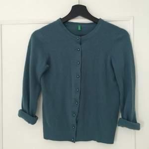 En mycket mjuk kofta från United Colors of Benetton. Perfekt under en snygg jacka/kappa nu när det är så kallt. Gröna och blåa ögon lyser verkligen upp i denna. Otroligt pris!