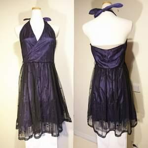 Lila halterneck-klänning med prickar och genomskinligt tyg från Only. Gömd blixtlås på sidan. Aldrig använd!