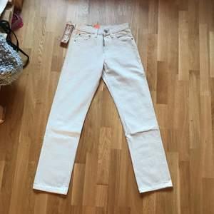 Beige/vita Levis 501:or. Byxorna är helt oanvända (säljes pga för små). Original pris 699 kr. Köpare står för eventuell frakt.