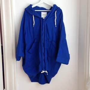 Säljer en superfin blå jacka/parkas i tunnare tyg från Monki, stl XS (oversize) så passar större storlekar. Använd en gång!