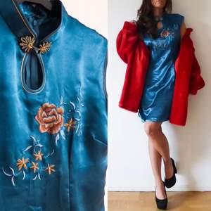 klänning i storlek M , längd 90 cm omkrets byst 92 cm. Dragkedja bak och en liten slits på sidorna