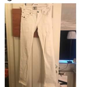 """Tiger of Sweden jeans som det är lite """"Bootcut"""" på, de sitter inte slim hela vägen iaf! Det finns en lite svart fläck på ena innerbenet, men inget som syns tydligt! (Se bild 2&3) Köparen står för 55kr i fraktkostnad!"""