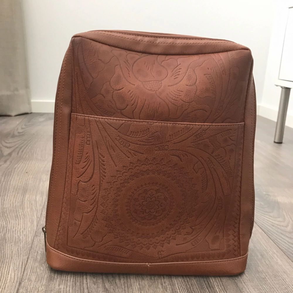 Mönstrad brun ryggsak.  (Köpare står för frakten). Väskor.