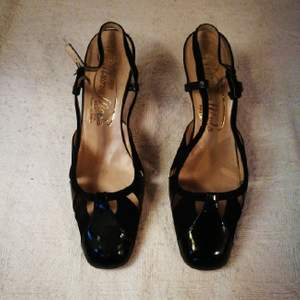 Gorgeous vintage leather heels made in Italy. The nose of the shoe is made of velvety leather and shiny leather. They are suoer comfortable and really classy but can be also worn woth more casual outfit as they're rather laid back. Definitely a unique pair and very feminine.