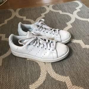 Snygga hel vita stan Smith sneakers! Lite slitna längst fram i tån men annars i super skick, säljer pga att de tyvärr blivit för små för mig. Kan mötas upp i Stockholm eller så får köparen stå för frakten :)