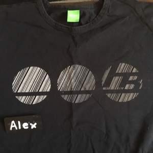 Hugo Boss Tshirt (Nypris 500kr) Använd 1 gång Priset är ej satt i sten. Möjlighet för meetup i Stockholm och kan skickas på köparens bekostnad. Om mer bilder önskas, skicka ett PM :)