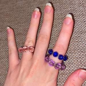 En ring flätad med ståltråd och pärlor. Finns i andra färger (kan specialbeställa dvs med färg och storlek) Ringen kan förlängas till vilken storlek man vill. Kontanta om du har frågor eller vill beställa en!💕 En ring kostar 50 kr!Erbjudande: köp 2 för 90 kr. Frakt på 11 kr tillkommer!✨