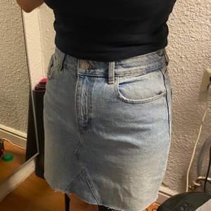 En ljusblå jeanskjol från bikbok. Helt oanvänd. Fickor på fram och baksidan.