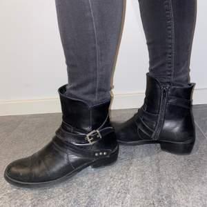 Svarta boots från Björn Borg. Stängs med dragkedja på insidan foten. Fina dekorationsspännen på utsidan. Köparen står för frakt!