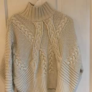 Jättemysig kräm vit stickad tröja från Zara i storlek small☺️   Super fin nu till vintern:) Tröjan kan både hämtas i Göteborg eller fraktas🤗