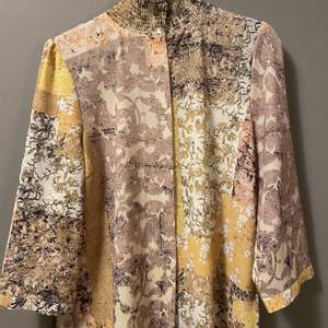 Säljer denna mönstrade blus/skjortan, den är mycket snygg öppen med t-shirt under som stängd.