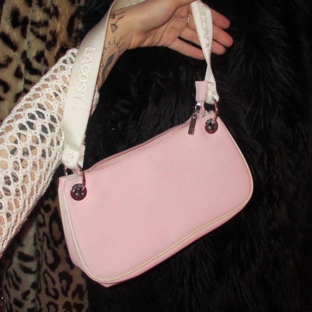 Rosa vintage Lacoste väska, köpt på secondhand. Bra skick 💓  . Väskor.