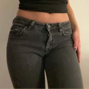 Lågmidjade jeans med hål i knäna i storleken 34 från ginatricot med hål i knäna 💕 85kr + frakten :)