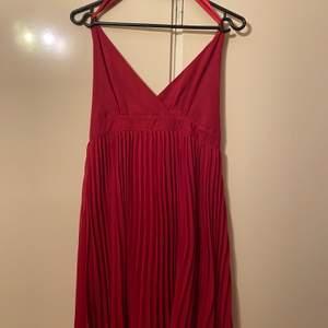 Säljer denna vackra röda klänning i strl 36 från ginatricot. Den är knappt använd. Undrar man över något så är det bara att kontakta mig.