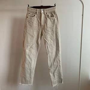 Super snygga ljusa jeans i storlek 32 från Zara, är ett litet hål på sidan av ena benet men är lätt att sy ihop. Skriv om du är intresserad eller undrar något💕 buda gärna