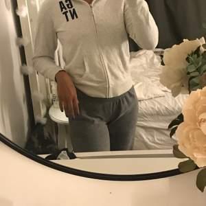 Säljer min fina gant tröja som jag börjar att växa ur🥰men super din och super skön🥰 frakt ingår ej!!!!!