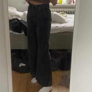 Vida/bootcut jeans som är lite för korta för mig. Bra skick! De är i storllek xs-s 💗 säljer för 150 + frakt om du inte kan mötas upp i stockholm 💗💗