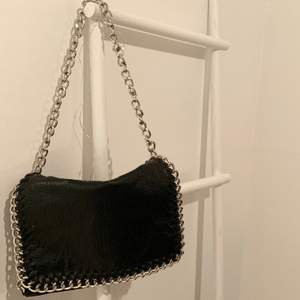 En väska från märket Tiamo som är köpt från Scorett. Den är sparsamt använd och i bra skick. Kan mötas upp i Falun eller skickas mot frakt!