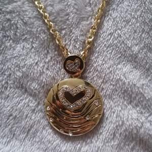 Ett så fint halsband, aldrig använt för har inte blivit något tillfälle så därför säljer jag❤️ helt nytt endast upptaget för att ta bilderna❤️
