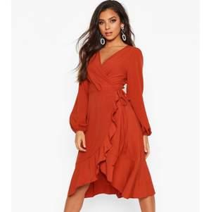 Jag fick nyss den här klänningen från BOOHOO men den va för liten för mig. Nypris är 225kr plus 70kr frakt  men jag säljer för 120kr. Frakt för 40kr.