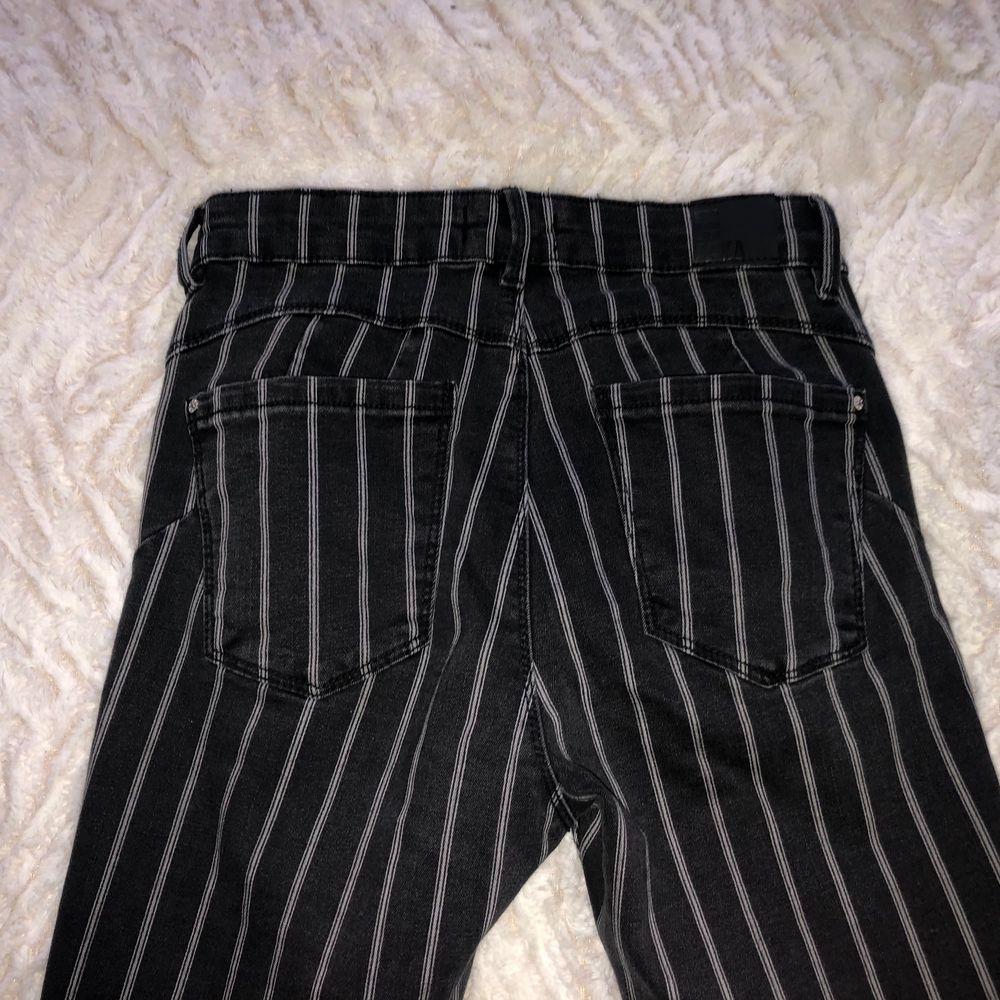 Märke : Bershka  Typ : Jeans  Storlek : 36  Färg : Svart/grå  Kroppstyp : Kvinna  Skick: begagnade, bra skick. Jeans & Byxor.