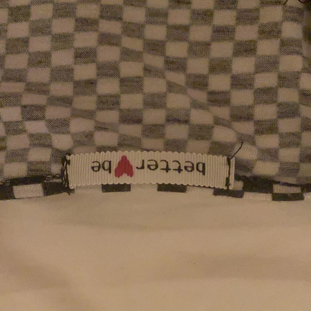 En svart vit rutig tröja som jag själv köpte på Plick. Har använt ett fåtal gånger men den kommer inte längre till användning. Frakt på 50kr. Skjortor.
