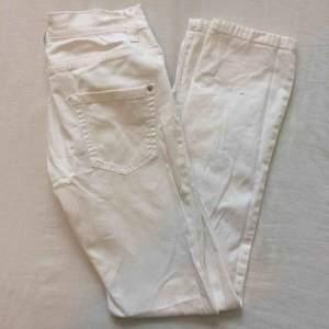 Vita jeans! Köparen står alltid för frakt💃🏻