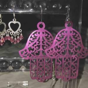 Örhängen Båda- 30kr De små silver hjärtana- 25 kr de stora symbolerna -10 kr
