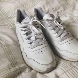 Frakt ingår ej. Säljer mina skönaste sneakers pga förstora)-: passar 38 och 39.