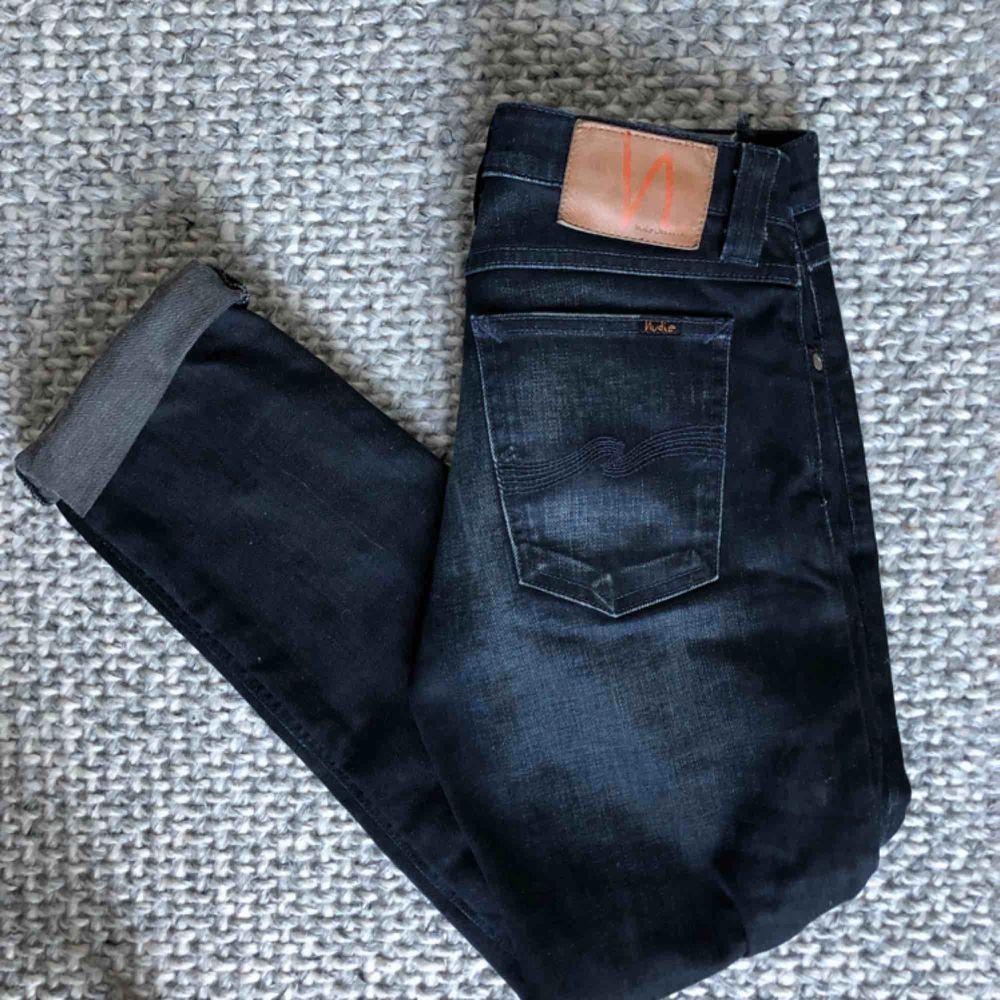 Jättesnygga Nudie jeans i mörkblå/svart tvätt. Storlek W28L34 men tror att de skulle passa W27L32 bäst. Jättefint skick. . Jeans & Byxor.