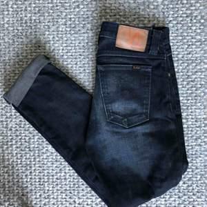Jättesnygga Nudie jeans i mörkblå/svart tvätt. Storlek W28L34 men tror att de skulle passa W27L32 bäst. Jättefint skick.