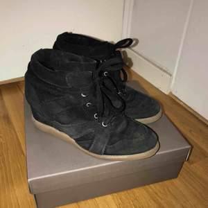 Sneakers med klack i mocka från Pavement, modellen heter Vibe! Storlek 40, passar också 39 med en sula i. Använda men i jättefint skick, bara lite slitning på sulan. Köparen står för frakten, kan annars mötas upp i Stockholm!