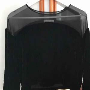 Säljer supersnygg topp från rodebjer, endast använt några gånger. I sammet och svart transparent tyg upptill.